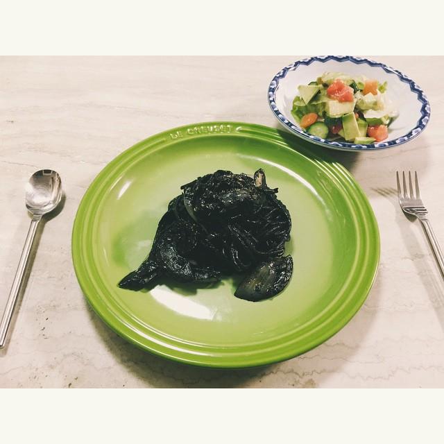 今夜はイカスミパスタを作ったよ見た目はアレだけどイカスミ初めて食べた〜!美味しいッ♡♡♡#pasta #homecooking #dinner #salad