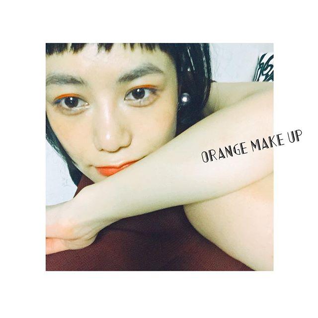 今日のメイクは,メイクさんがとっても可愛いアイラインをカラーパウダーで引いてくれましたこんなにパキっとした色が出せちゃうなんて、さすがのテクだなあ #makeup #orange #lip #izumi #shoot