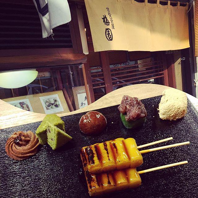下調べして行った『梅園』。ここはみたらし団子が有名で、一人うなってしまいそうなくらい好きで、個人的にわらび餅は、トロけてしまうくらい美味しかったよー #kyoto#japan#甘味#みたらし団子#梅園#和菓子