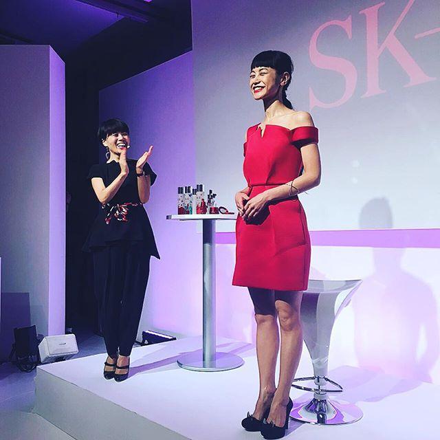 メイクレクチャー完成後の嬉しすぎた顔早坂さん@kazukovalentine 美しい!!ドレスもドレスコードだった赤の素敵なドレス @ellejapan @ellegirl_jp #ellelovesskii#skiiレッドバタフライ#クリスマスコフレ#makeup#早坂香須子さん #IZUMI