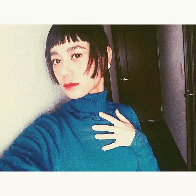 サイドの髪も伸びてきたので、ちょっとだけ揃えちゃった #IZUMIsfashion #fashion#mademoiselleTARA #knit#blue#lip#hair#オンザ眉毛#姫カット