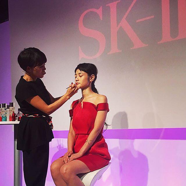 今日は、@ellejapan × SKII のイベントで、メイクアップアーティストの早坂さん@kazukovalentine のメイクレクチャーがあり、そのモデルをさせていただきました #ellelovesskii#skiiレッドバタフライ#クリスマスコフレ#makeup#skII