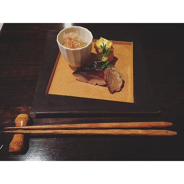 私が一番好きな和食屋さんで、今年の食べ納めが出来た。ここの料理を食べた時の衝撃と、作り手の気持ちが伝わってくる料理に毎回感動する。表現者はどの世界も同じ。一流だなぁ。...#和食#一流#簓#魚#全ては気持ち