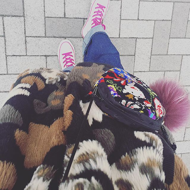 ...#IZUMIsfashion#alberobello #ootd#outfit #denim#sneakers #converse