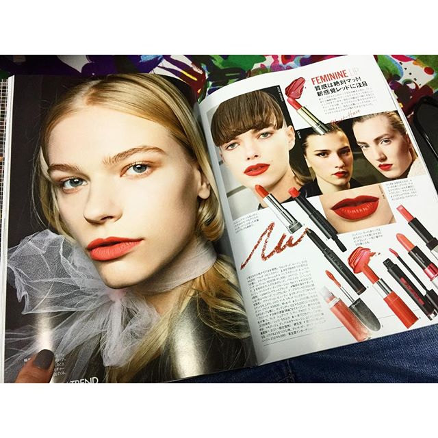 寒いから早く帰宅して、 ゆっくり雑誌Time...!今月の@ellejapan のメイクページ,とってもタイプだわ!♡...#elle#magazine #hair#make