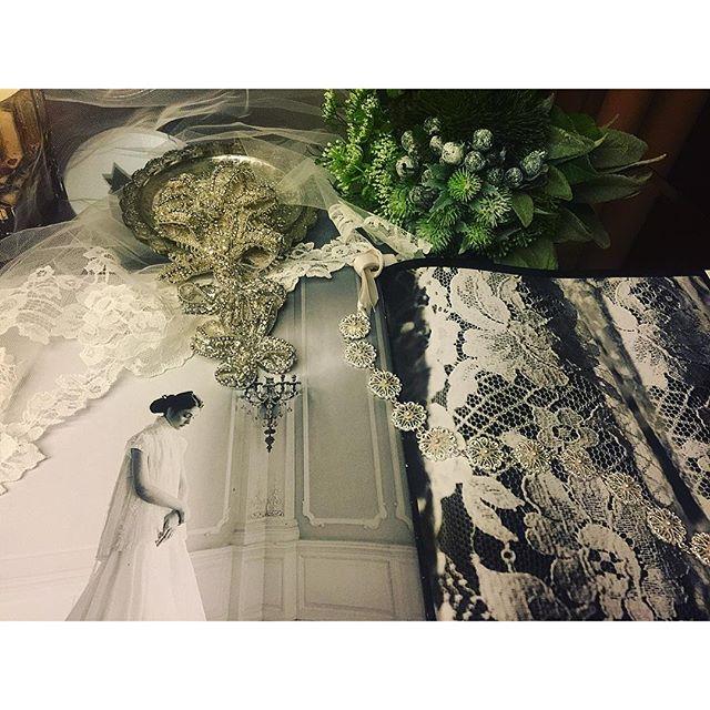 今日は、@bulgariofficial 銀座店にお邪魔してきました。♡ブルガリウエディングフェア開催中ということで、新作のジュエリーも見させていただいたり、なんと試着までさせていただいたり。最近はティアラの代わりにこんな素敵なお花のリボンを頭に巻いたりするのもあるそう。素敵だわぁ。...#BulgariBridal#bvlgari #wedding #jwellery