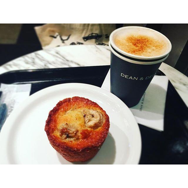 おはよ.♡...#goodmorning #breakfast #chailatte#bananamuffin #deandeluca
