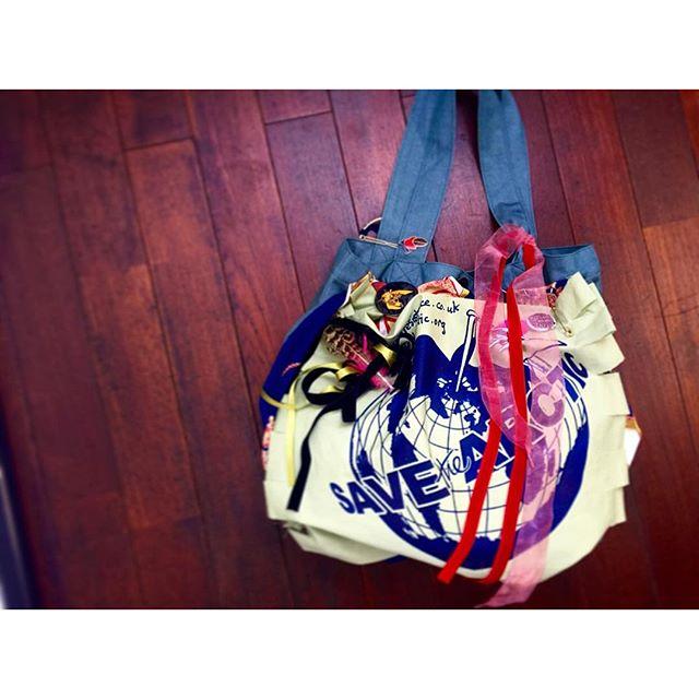 ヴィヴィアンウエストウッド アングロマニア@viviennewestwoodjapan でDIY Bag.♡@ellegirl_jp プロモーションで、私も作らせていただきました.私はこんな感じで作ったよ.♡.トートバッグと布の色は選べて、ヴィヴィアンの缶バッチも付けられて、あとは自分の好きなリボンやスカーフなど、好きにカスタムして ︎︎︎オリジナルBagの完成〜〜〜.夢中になりすぎて、とっても楽しかったーーー!!!また作りたい!😙25日までラフォーレ原宿の店舗でカスタムBAGが作れるイベントもやってるみたいだよ!️ヴィヴィアンのオリジナルBagが作りたい人は急いでねーーー...#viviennewestwoodanglomania #viviennewestwood #bag#diy#ellegirl #fashion#onlyone