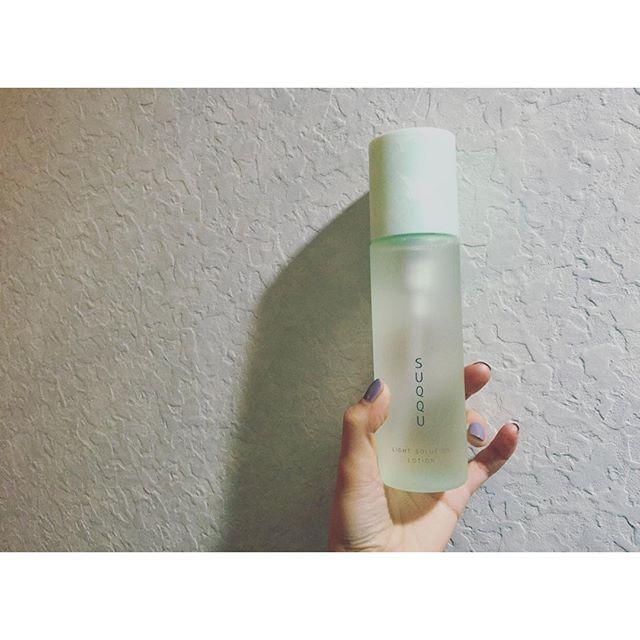 よくスキンケア製品を何使ってるか質問をもらうので化粧水は@suqqu_official のライトソリューションシリーズ!これ本当にオススメ!!!トロみがあって、私が一番驚いたのは、一番最初に美容液を付けた後にこの化粧水をつけると、水分が入る入る!!!お肌のお手入れをちゃんとするようになってから、肌は徐々に変わるし、肌を褒められることも増えました。みんなも美肌目指して内側からHappyになろう...#SUQQU #化粧水#beauty#happy#スキンケア