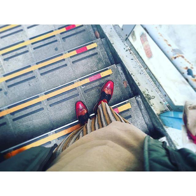 階段のテープと同じ色味。...#IZUMIsfashion #fashion #photo #ootd#zara#prada