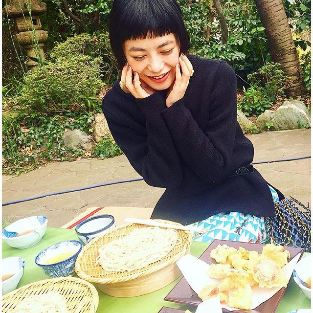 外で食べられる季節は最高大好きな深大寺そば。♡この天ぷらも、野菜の甘みとサクサク感が最高なんだなぁ!めちゃくちゃ美味しいい...#深大寺 #蕎麦#japan #spring