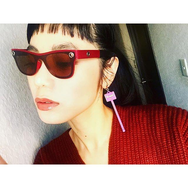 紙で出来たサングラス.♡@c.c.country ...#IZUMIsfashion #sunglasses #earring #lip#シアタープロダクツ