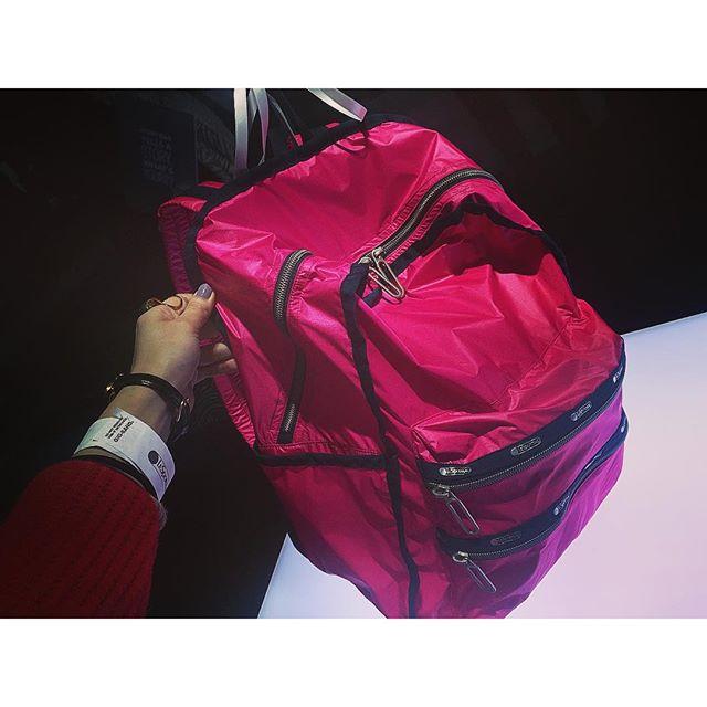 新しく生まれ変わった@lesportsac のリュック!ヴィヴィッドカラーが可愛すぎ!♡...#lesportsac #レスポナイト#ALLNEWALLNOW#bag