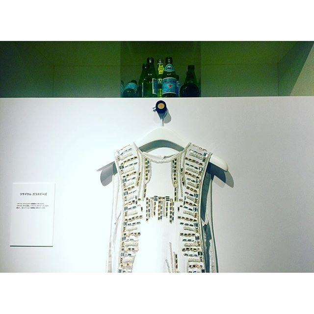 先日@hm の#WORLDRECYCLEWEEK イベントへ行った時、リサイクル品が新たに素敵な物に生まれ変わっていたのを見て感激これは、瓶がガラスビーズに...#HM #WORLDRECYCLEWEEK #衣替えHM #fashion
