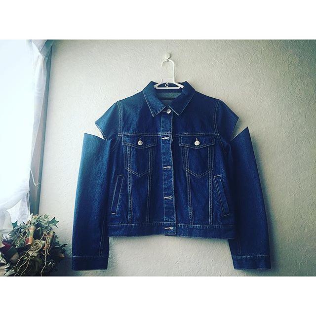 コメントでいただいたので♡denim jacket は、@heather_love_official のもの。そのまま着ても可愛かったんだけど、オリジナルにしたがる癖で、袖の部分を思いつきでまたまたCutしちゃった.️♡︎︎︎...#IZUMIsfashion #heather #denimjacket #denim #リメイク