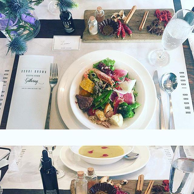 赤いものと黒いものは美に不可欠!!!🏻@bobbibrown × @wwd_jp Beautiful Kitchen Gathering で、薬膳サラダはサラダバー形式で自分で好きなものを。♡そして薬膳スープをいただきながら、美についてのトークショーを聞いて、たくさん美について為になることを勉強してきました!.肌は食べものもかなり重要だよね。白い野菜は胃に優しい。カブ、大根、カリフラワー、新玉ねぎ。それらは旬のものを摂るとよりいいみたいだよ!♡そして、赤いものや黒いもの。パプリカやクコの実、ひじきや黒豆。これらを積極的に摂ると若さを保てたりするらしい!!!さっそく取り入れたいね️...#bobbibrown #salad#ボビィブラウン美容液ファンデ