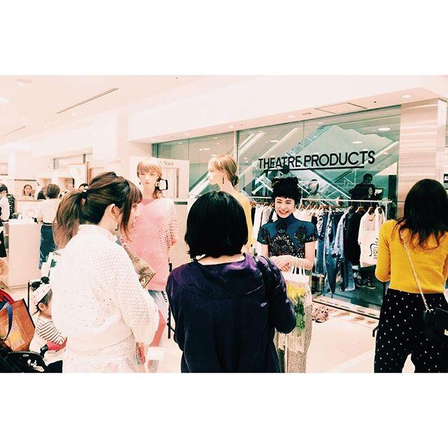 @theatre_products JRタカシマヤの店頭では、たくさんの方が待っててくれて感激でしたみんなキラキラした笑顔で温かかった。本当にありがとう!、、、#シアタープロダクツの名古屋散歩 #THEATREPRODUCTS#nagoya