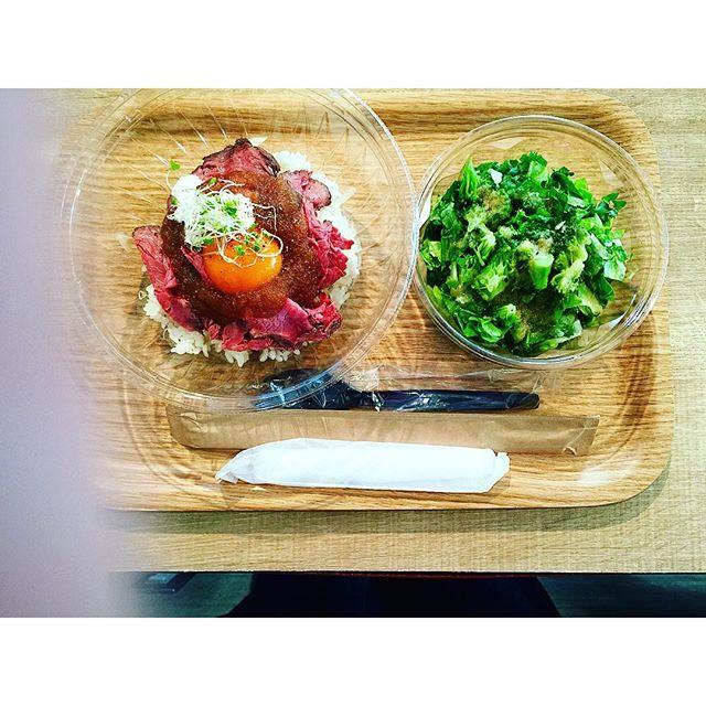 Lunch.お肉は宮崎産、たまごは長崎産.。九州ありがとう!!!@代官山salad、、、#代官山salad #代官山#salad #ローストビーフ丼#宮前真樹さんプロデュース