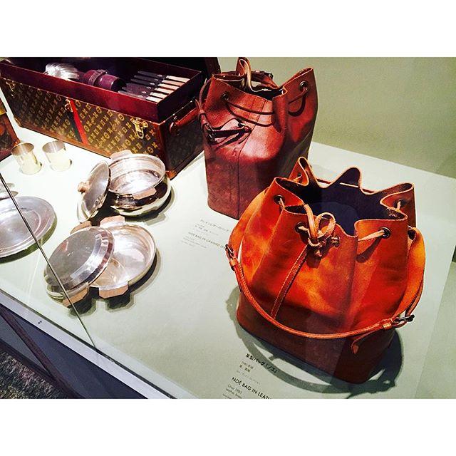 ルイ・ヴィトンの歴史をこの目で観て味わえる本当に貴重な展示。@louisvuitton この有名なBagの形『ノエ 』は、シャンパンを入れるために作られたBag!Bag の名称は、Paris の地名から付けられたものが多いみたい!、、、#louisvuitton #bag #story#旅するルイヴィトン展