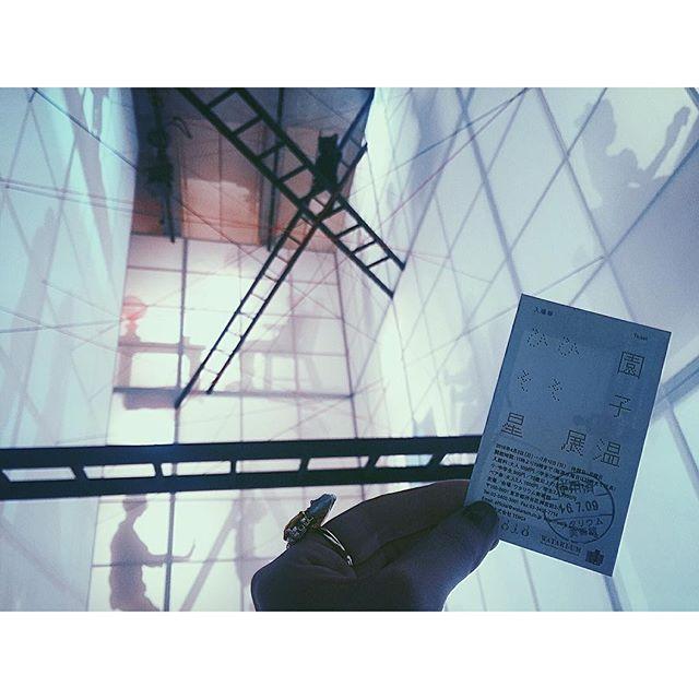 表現者の大先輩園子温監督の個展へ@ワタリウム美術館詩人でもある園子温監督のメッセージは、とってもとっても深い。それが理解出来たとき、園さんの込めた想いがすっごく伝わってくる。.『人生とは待っていることである。誰もが何かを待っていながら生きている。待つことが終われば人生は終わる 』 .個展は明日7/10(日)までだよ!刺激的なのでとってもおすすめ。そしてどこかに私もいるので見つけてみて〜#園子温 #園子温展 #ワタリウム美術館
