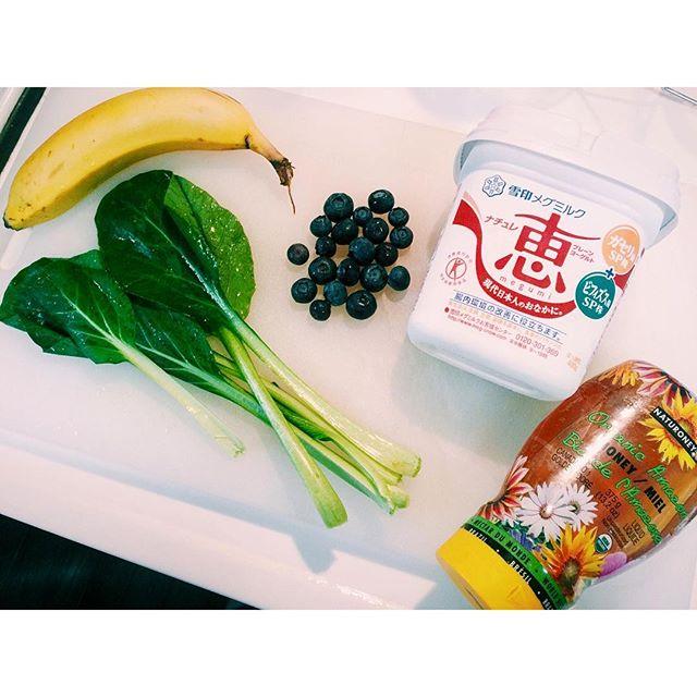 夏がやってきたので、またスムージー生活復活♡今朝のsmoothieレシピ!牛乳・・・100mlバナナ・・・一本小松菜・・・一株ヨーグルト・・・大さじ1.5杯ブルーベリー・・・20粒くらいハチミツ・・・大さじ1#smoothie #healthy #summer#banana #honey #blueberry