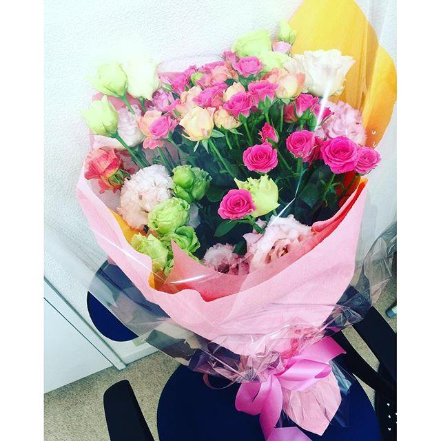 昨日こんな大きな素敵な薔薇の花束、初めていただきました。一つ一つのお仕事と人との出会いにただただ感謝の日々です。今日は初の英語での海外ドラマ撮影!出来ないことはないと信じて今出来ることをやらなきゃ。一つ一つの経験を大切に、今日もみんながんばろうね#shooting #web #cm #flower #rose #thankyou