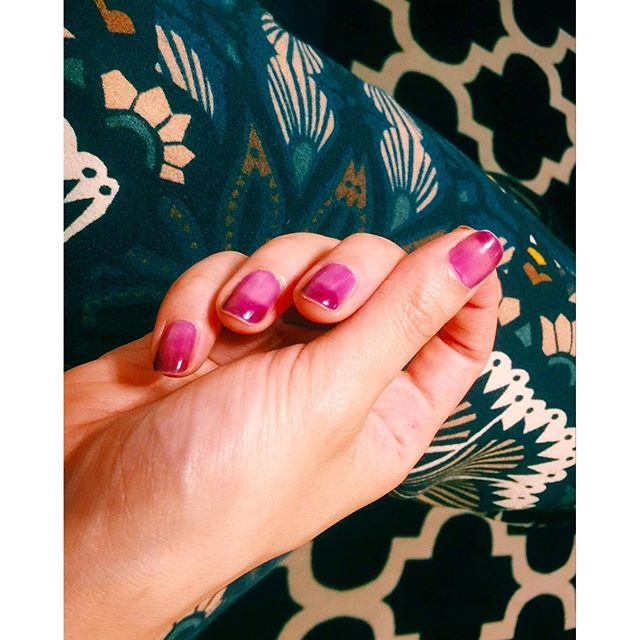 @essie_japan のnail一度塗りして、先っぽだけ二度塗り透明感のあるネイルはグラデーションがしやすい♡#essie #essiepolish#color #nail #parple #ginza