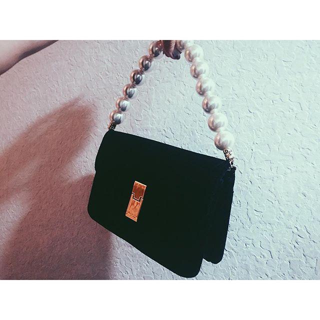 .展示会でオーダーしていた可愛すぎる Bagが昨日届いたので、今日の @ginzamagazine の撮影でさっそく私服コーデに取り入れたよ.️GINZA.10月号をお楽しみに〜◎#ginza #magazine #shooting#bag #fw #lagnamoon #black#izumisfashion #fashion #