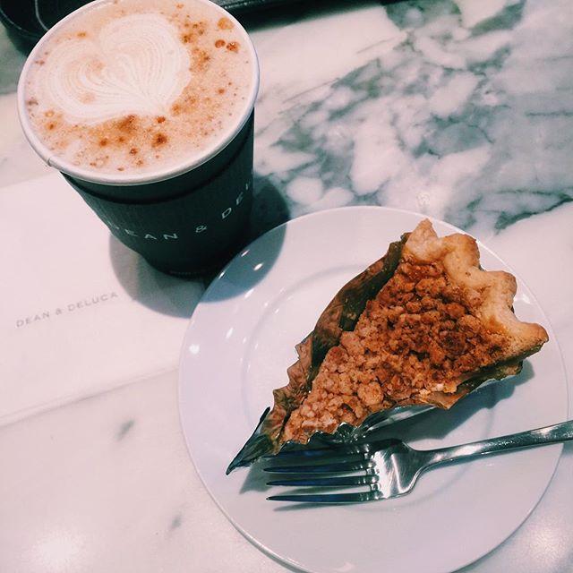ささ!映画観る前の至福の時。。️@deandeluca #deananddeluca #cake #set#chailatte #cafe #teatime