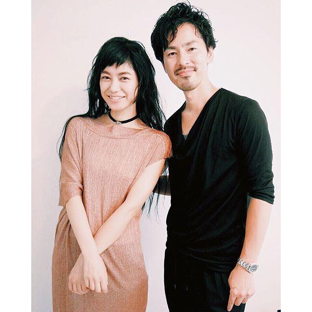 メイクをして下さった、@shuuemura_jp のアトリエアーティスト木村淳一郎さんと最後に記念写真いいものをみんなで作れると本当に幸せな気持ち。♡#shuuemura #makeup #ellegirl #online #model #IZUMI