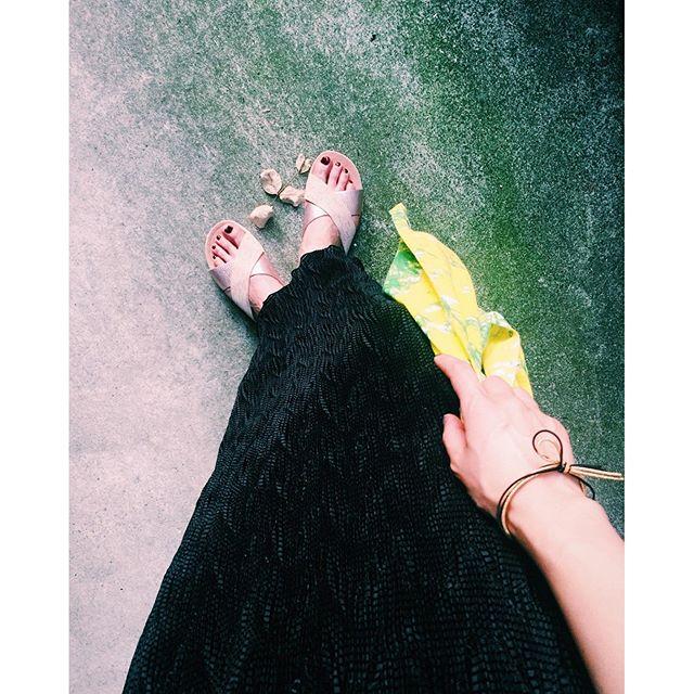 @ugg のサンダルの履き心地の破壊力#izumisfashion #ootd #outfit #ugg #sandal#black #skirts #summer #tokyo