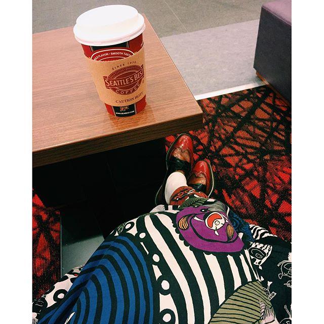 .Chai latte.shoes.carpet.秋はボルドーが気になる。♡見えないけど、今日のネイルもボルドー。あ!モデルプレスTVで見れるねこの後20時だよ〜やっぱり始まる前は大好きなチャイに癒されたので頑張れそう#red #autumn #chailatte #modelpresstv