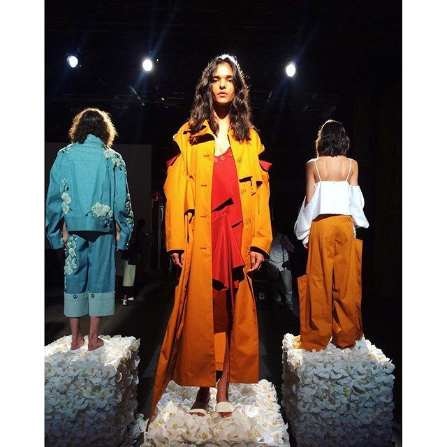 .今日発表されたNYコレクションの2017ss.半年前に思いつきでカッティングしたデニムジャケットと同じカッティングではないか!びっくり、。と同時になんかうれしいぞっ!NYコレクション, パリコレを生で観に行きたい。#ny #fashion #2017ss