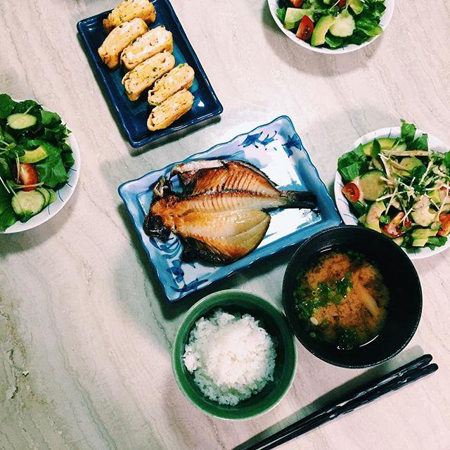 .私の夜ごはんの定番.️焼き魚,サラダ,ご飯,お味噌汁。和食がすき。卵焼きは中学のときのお弁当でよく作ってたなぁ。、レパートリーを増やしたい今日この頃。🤔♡#home #dinner #japan