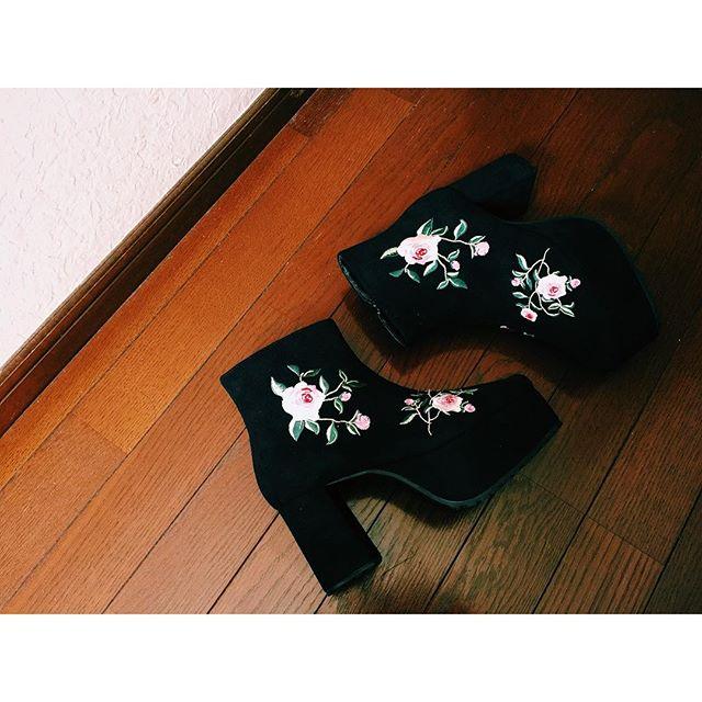 .@jouetie_official の展示会でオーダーしていたのブーツが届いた♡の刺繍ってやっぱり好きだわ〜早くニットに合わせて履きたい#izumisfashion #jouetie #boots #rose #fw