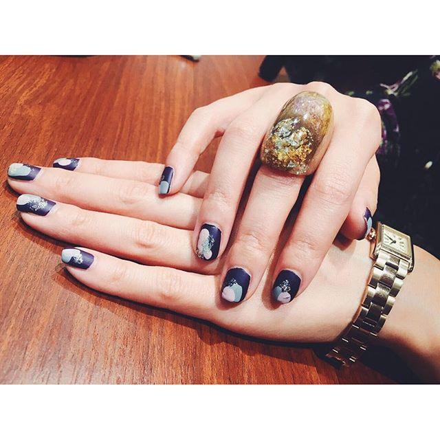 .昨日 @5aito7 さんが撮ってくれたは秋仕様に、@essie_japan のpurpleをベースに、グレーとダスティピンクと, @diormakeup のゴールドラメをちょんちょん塗り、最後に @addiction_ayako のマットトップコートを塗ったよはお気に入りの @hm ♡#izumisfashion #self #nail#hm #ring #essie #fall