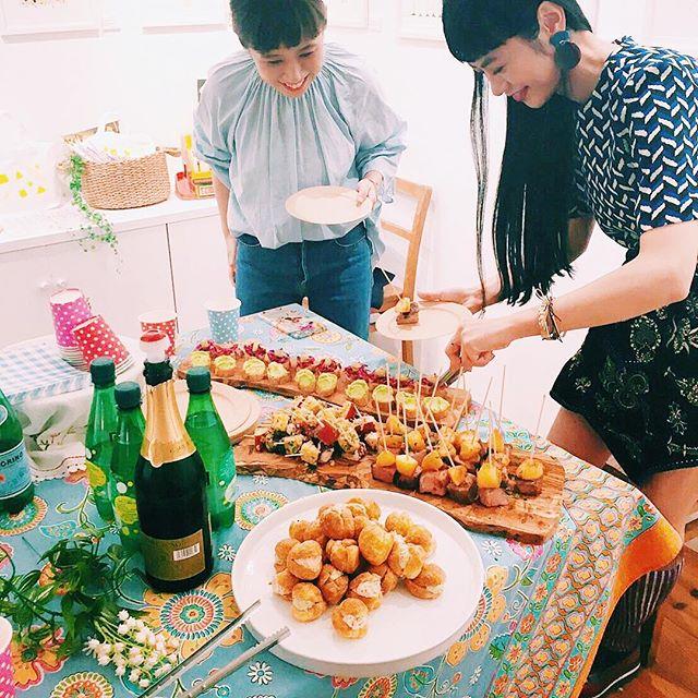 .一緒に行ったのは @starbucks_j  時代 ,一緒に働かせていただいた先輩の友美さん @t__s_h_l_e__t オシャレなセンスは本物。友美さんのセンスが昔からとっても好き。@kie_pinoko さんと出逢えたのも友美さんのおかげ♡#illustrator #kie #designer #世界キネマの旅 #表参道 #個展