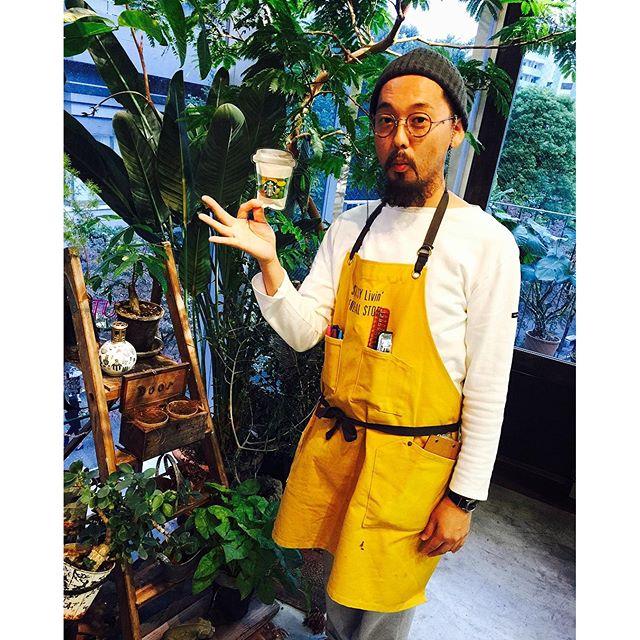 .@door_daikanyama へ︎︎︎私がDoorに行くようになったキッカケ。、、、それは、私が19歳の頃に @door_ishitani さんに渋谷で声を掛けてもらったのがキッカケ。最初は石谷さんのメイクモデルとして当時のサロンさんに行っていたの。当時、手作りのお菓子をバレンタインにサロンへ持って行ったりしてて。そしたらお返しに石谷さんが当時私がアルバイトしていた @starbucks_j のお店にわざわざホワイトデーを届けてくれたの。とってもとっても嬉しかった。そして今日、Doorの社員旅行のお土産に台湾のスタバのお菓子をくれて。。もう10年かぁ、、。なんだか当時を思い出して涙、涙、涙。笑とにかく、今Doorにずっとお世話になってるのも石谷さんのおかげなのです。こんな可愛いオシャレなエプロンをしている美容師さんは見たことないかも。一つ一つのキッカケがとっても大事なんだよね。今日も幸せな時間で、髪もバッチリ生き返って。本当にいつもありがとうございます。これからもずっとずっとお世話になります#Door #daikanyama #hair #salon #beauty
