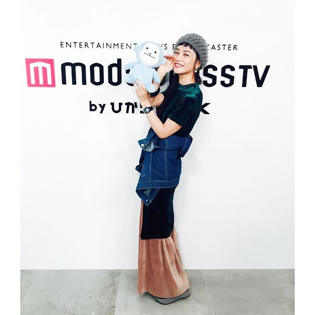 """.今週の""""ナナイロ〜Tuesday〜""""の衣装のドレスコードは...《ロング丈》ということで、こんな感じのコーデにしたよ!♡@zara のベロアワンピはサイドを︎でCUT!!️火曜日は fashion がテーマなので、毎週ドレスコードにちなんだコーデを考えるのも楽しみのひとつ。来週は、【something ボルドー】ということで、どこかにボルドーのアイテムを取り入れるんだけど、みんなだったらボルドーの何を取り入れる??.#izumisfashion #modelpresstv #zara #ootd #coordinate #long #denim"""