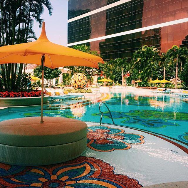 @wynn.palace では、宿泊した人が利用出来るプールも⛱!!水着は持って行ってたんだけど、ちょっと肌寒かったからジムでトレーニングへ♀️♀️♀️浅めのプールもあったから、家族とかでゆっくり来るのもいいなぁなんて。これはもう本当リゾート地!!🏝#WynnPalace #pool #macau #hotel