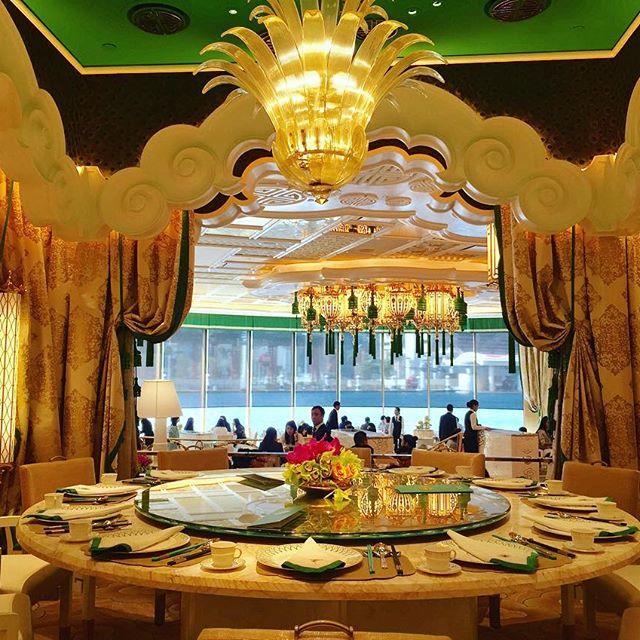 """.昨日はホテル内にある中華料理のお店,"""" Wing Lei Palace"""" でLunch.レストランの内装のこだわりは細部まで徹底していて、食事はもちろん、食器やインテリアまで本当に美しい。。︎♢#macau #WynnPalace #WingLeiPalace #lunch"""