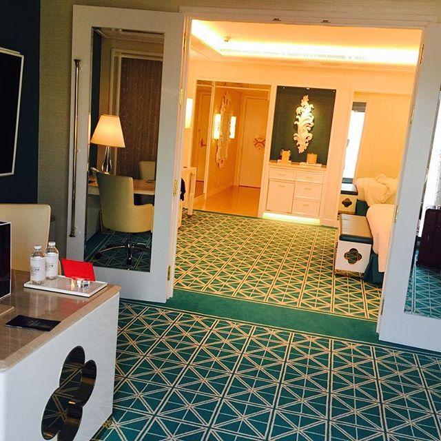 .ちなみに、私が泊まっているお部屋。。絨毯や壁、お部屋全体がターコイズブルーカラーでとってもお洒落。♡他のお部屋も全部で4色のバリエーションがあるみたいで、泊まって部屋を開けたときのワクワク感もあるなぁ.♡#WynnPalace #macau