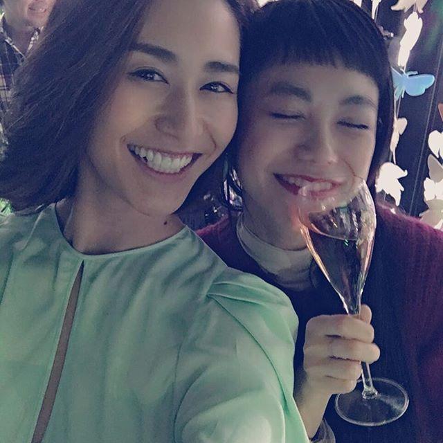 そして、イベントで偶然このお方にまた会えたー@mariakamiyama 毎週モデルプレスTVで会ってたけど、イベントで会えたのは初ということで嬉しくて嬉しくて。なんてシャンパン🍾が似合う女性なんでしょう。。シャンパン昔は飲めなかったのに、今は美味しいと思えるようになったのは、やっぱり美味しいシャンパンに出逢えたから。ペリエジュエは初めて飲んだんだけど、とっても飲みやすくてつい飲みすぎてしまった。。😛シャンパンが似合う大人な女性になりたいですね #ペリエジュエ #ポップアップバー #ガーデンオブワンダー #シャンパン #表参道
