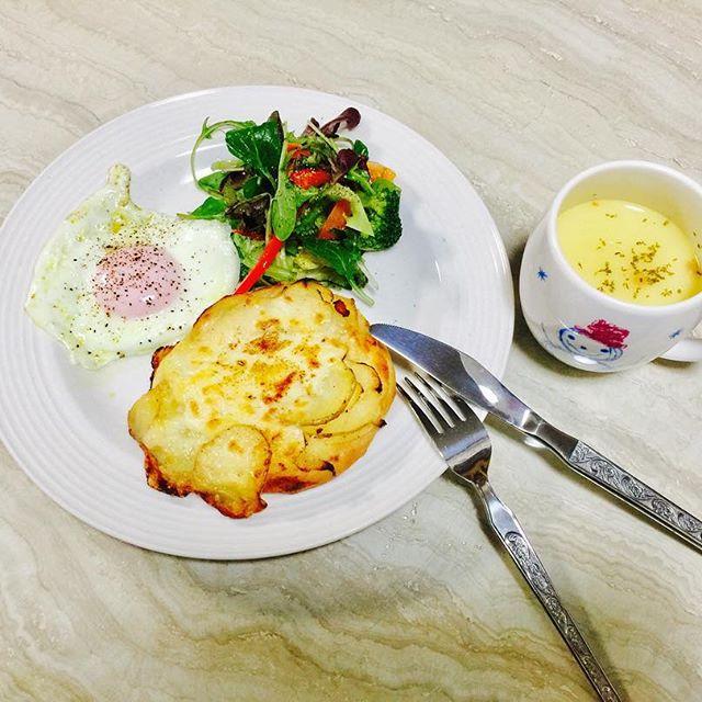 .今朝は、きのうパン屋さんで買った、ジャガイモのフォカッチャと、サラダと目玉焼きでCafe風に️♡朝のコーンスープって、なんでこんなに美味しいんだろうね💭#today #breakfast #home #cafe