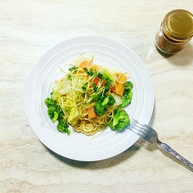 .鍋で野菜があまりがちなこの時期️Oil pasta.野菜🥕の甘みがとってもわかる、身体に優しいパスタはちみつ梅がとーっっても合う🍽#home #cooking #pasta #oil