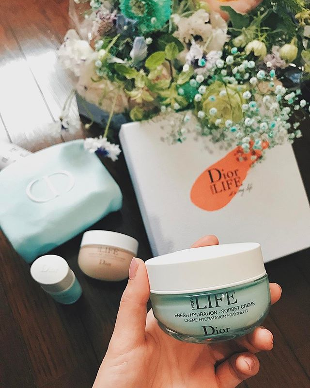 .大好きな @dior から,素敵な花束とプレゼントが届きました🕊♡年齢とともに重要視しているスキンケアだけに、とってもうれしいよう。ちゃんとケアした分だけお肌も応えてくれるからね!どう変わるかな。 わくわく️💭Thank you... @dior ♡.#ディオールライフ #スキンフローラ#dior #itsmylife #elleonline #ellejapan