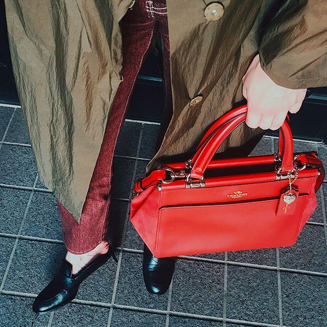 @coach × @selenagomez ️前から気になってたコラボバッグ。バッグの両端がスエードになってて、ファッションもちょっと秋モード🖤タグ&チャームについてる@selenagomez のサインもかわいい!.#しふく #COACHxSELENA#LOVEYOURSELFFIRST#セレーナゴメス