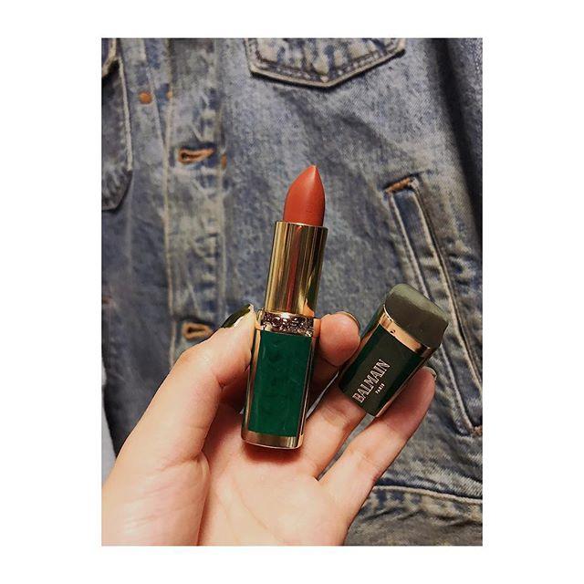 @lorealmakeup × @balmain 最近ブラウンのリップに目がいくんだけど、これはオレンジブラウンみたいな色でとっても大人っぽくてかわいい色。#lip #lorealparis #balmain