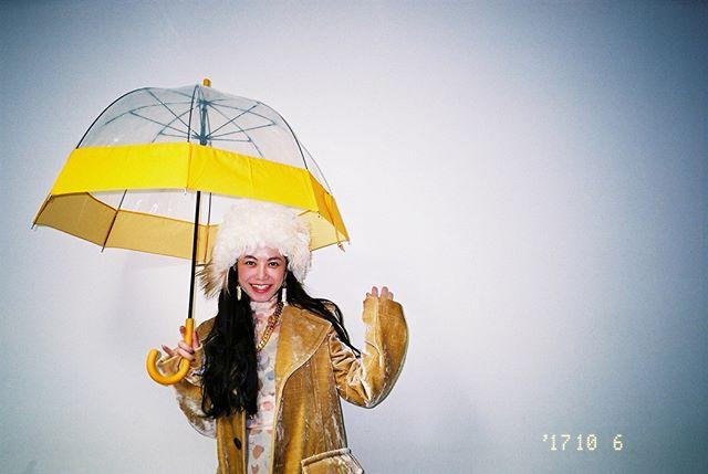オンエアまであと3日🖤スタイリストはbaby mixさん!突然の雨でも、傘まで可愛かった☂️#NHKドラマ#又吉直樹#初脚本#許さないという暴力について考えろ