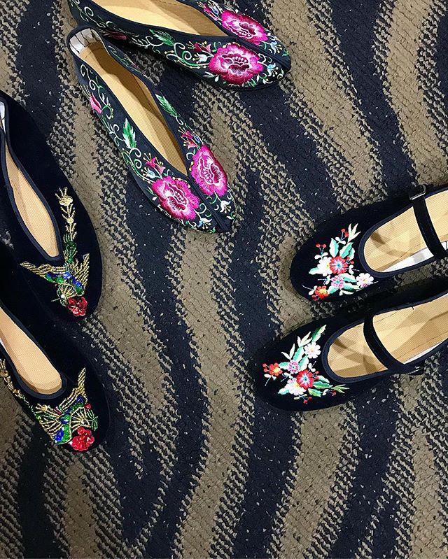 台北駅にある布製シューズのお店で3足GET❣️一つ300〜400元(¥1,200〜¥1,600くらい)とっても軽くて履きやすいから、旅行とかに持って行くにも普段履きにも◎コーデに合わせるのがたのしみ🧡🖤#shoes#taipei#台北#ひとり旅 #izumistravelingtotaiwan🇹🇼
